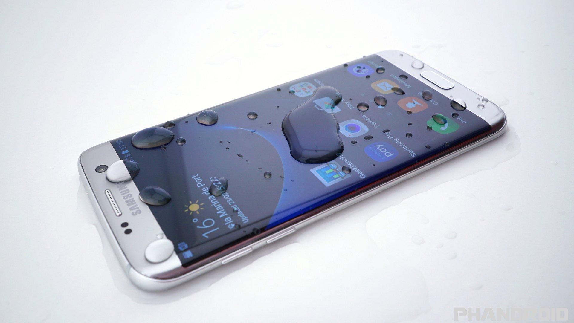 Gli smartphone Samsung del futuro potrebbero avere il display super-idrofobico